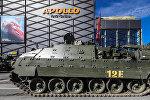 Танк Challenger 2 перед таллинским кинотеатром Apollo