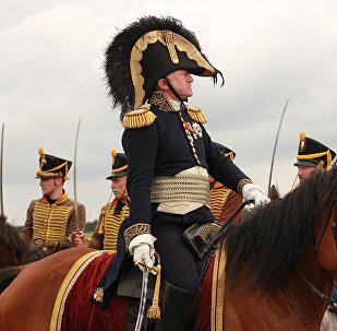 Гусары, даже сидя на конях, вытягиваются во фрунт, когда мимо проезжает командующий