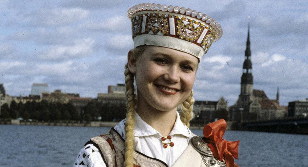 Девушка в национальном латышском костюме. Архивное фото
