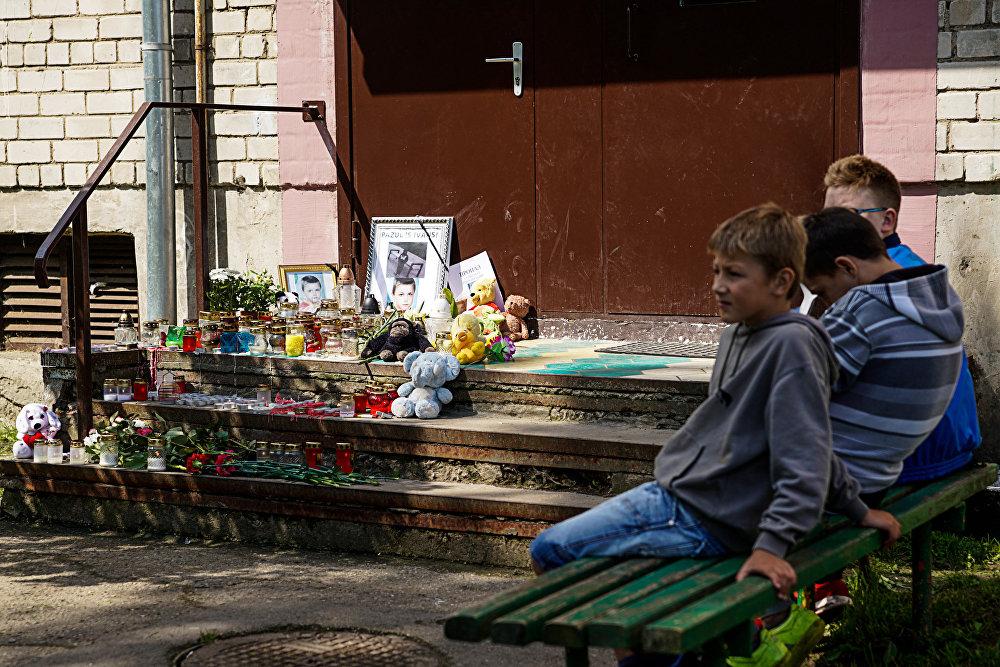 Дети у подъезда Вани Берладина