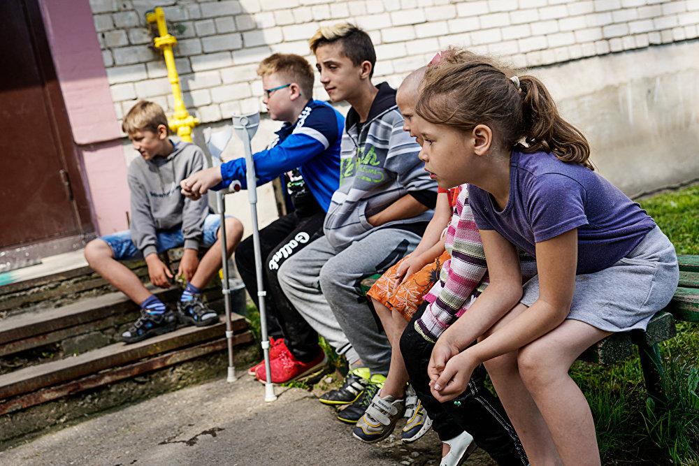 Bērni pie Vaņas Berladina mājām