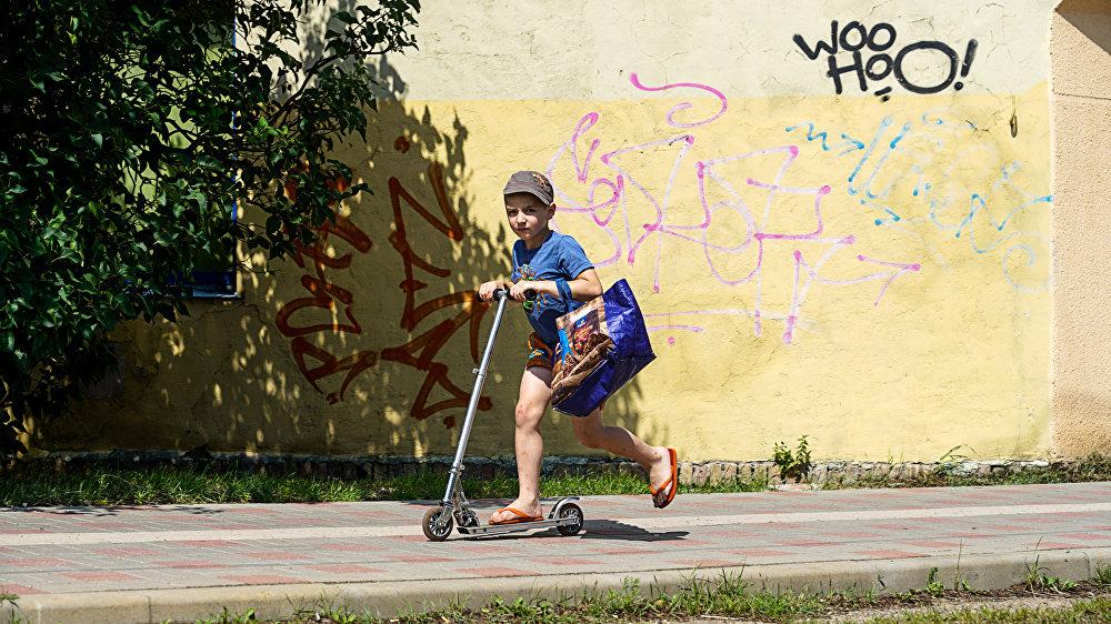 Bērns vizinās Liepājas ielās
