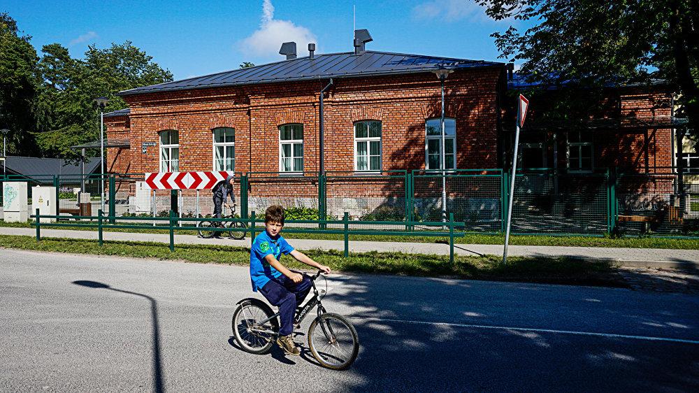 Bērnudārzs, ko apmeklēja Vaņa, ir vairāku pieturu attālumā no viņa mājām. Dažkārt viņš uz bērnudārzu brauca viens pats, bez vecākiem