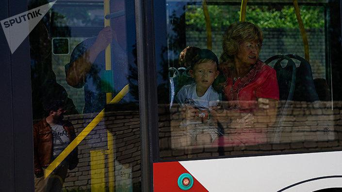 Мальчик с женщиной в автобусе
