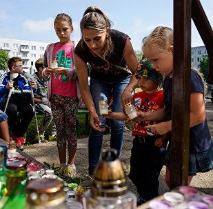 К подъезду Вани лиепайчане несут цветы и игрушки