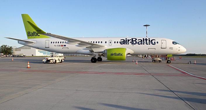 air Baltic lidmašīna Bombardier CS300 lidostā Rīga. Foto no arhīva