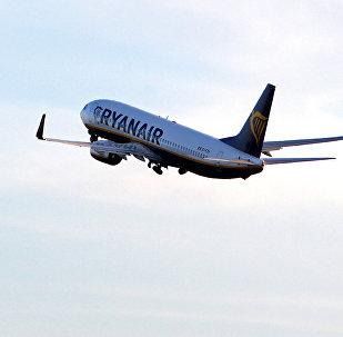Самолет компании Ryanair взлетает из аэропорта Рига