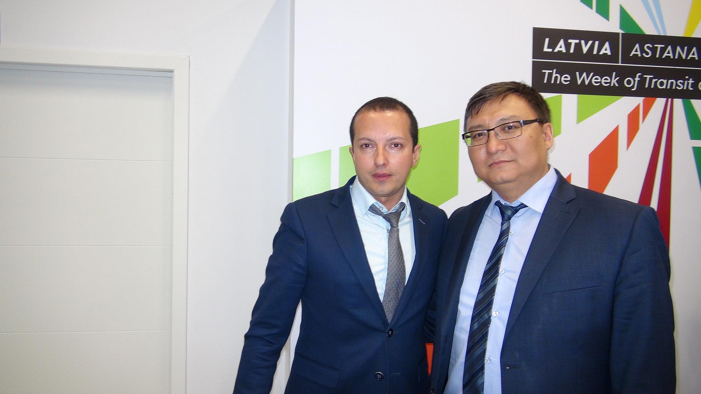 Заместитель директора железнодорожного перевозчика TransContainer Дионис Шахбазов и Алмат Каримов