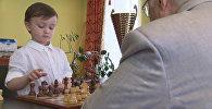 Četrgadīgais Miša Osipovs spēlē ar lielmeistaru Jevgēņiju Vasjukovu