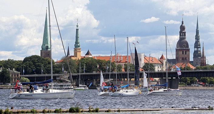 Лодки прошли парадом на фоне романтичной панорамы Старого города