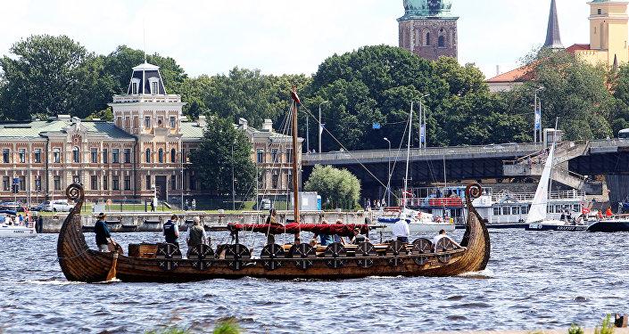 Вместе со спортивными лодками на парад и вышел боевой парусно-моторный драккар викингов, в обычные дни катающий рижских туристов