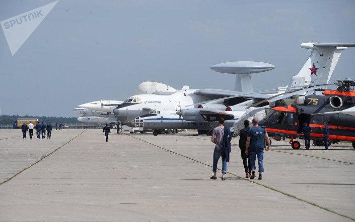 Самолеты на полигоне во время подготовки к открытию Международного авиационно-космического салона МАКС-2017 в Жуковском