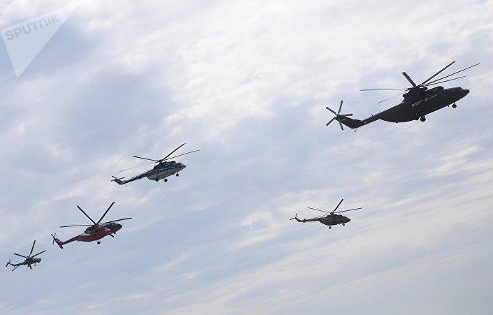 Вертолеты Ми-26, Ми-8, Ми-8, Ми-38 и Ми-28Н (справа налево) во время тренировки перед открытием Международного авиационно-космического салона МАКС-2017
