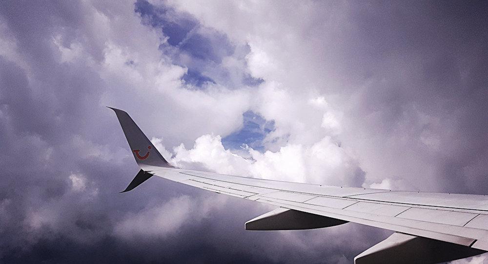 Самолет в небе. Архивное