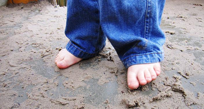 Ребенок с босыми ногами