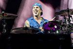 Чад Смит из группы Red Hot Chili Peppers во время выступления