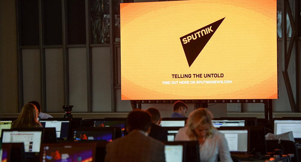 Ekrāns ar Starptautiskās informatīvās aģentūras Sputnik simboliku