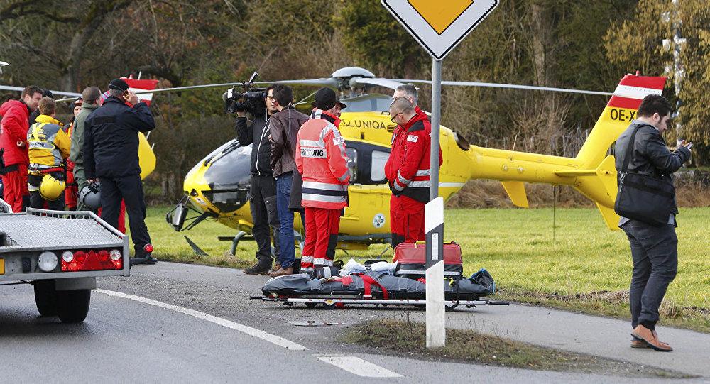 Glābēji un žurnālisti pie glābšanas helikoptera Vācijā