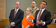 Ангелика Грасвалд выступает в суде со своими адвокатами Джеффри Шартье и Ричардом Порталом, она обвиняется в убийстве Винсента Виафора, ее жениха, на реке Гудзон