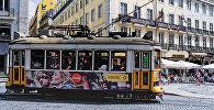 Трамвай на улочке в Лиссабоне