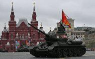 Средний танк Т-34-85 на военном параде, посвященном 72-й годовщине Победы в Великой Отечественной войне 1941-1945 годов