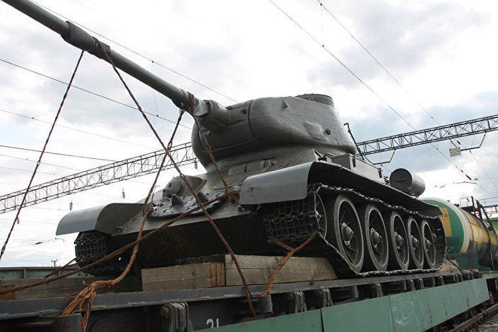 Танк Т-34-85 на железнодорожном пункте пропуска Карталы российско-казахстанской границы
