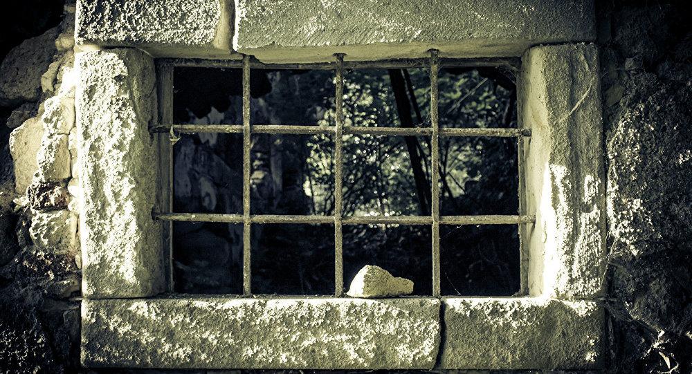 Окно средневековой тюрьмы