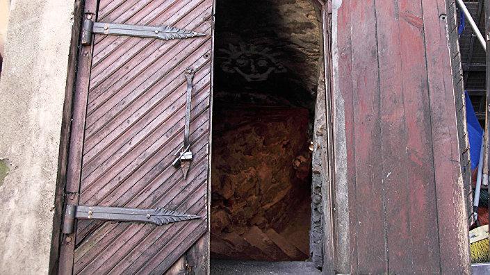За эти мощными дверями вход в старинную тюрьму, где века назад даже сваливали чумные трупы