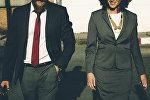 Мужчина и девушка в деловых костюмах