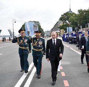Krievijas prezidents, Bruņoto spēku virspavēlnieks Vladimirs Putins Admiralitātes krastmalā Sanktpēterburgā Krievijas Jūras kara flotes dienas galvenajā parādē 30. jūlijā