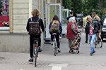 Велосипедисты и пешеходы на рижском тротуаре