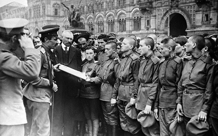 Женский батальон смерти во время принятия присяги перед отправкой на фронт