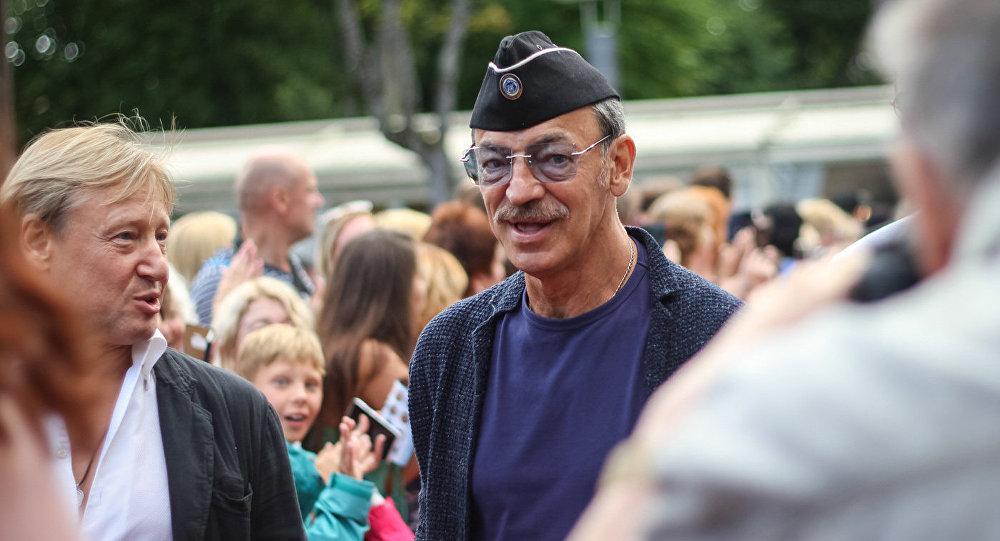 Михаил Боярский вместо привычной шляпы предпочел пилотку, что позволило ему хотя бы на время остаться неузнанным