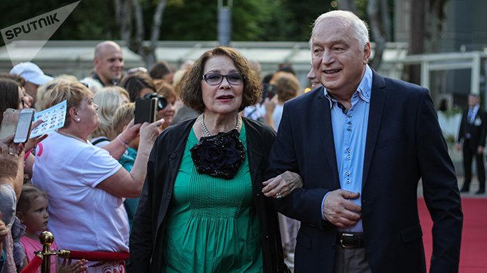 Актриса Лариса Голубкина и  автор-исполнитель Сергей Никитин на красной дорожке фестиваля