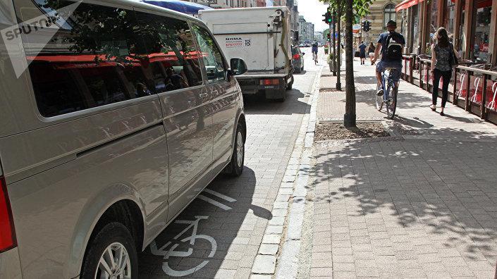 Едущего по тротуару велосипедиста можно понять — его полоса занята автомобилями
