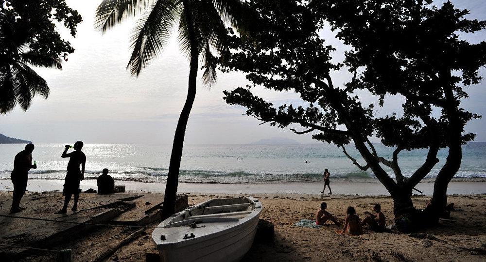 Туристы на одном из пляжей Сейшельских островов