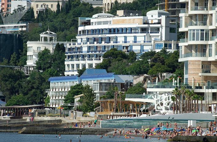 Вид с моря на ялтинские отели Приморский парк и Левант