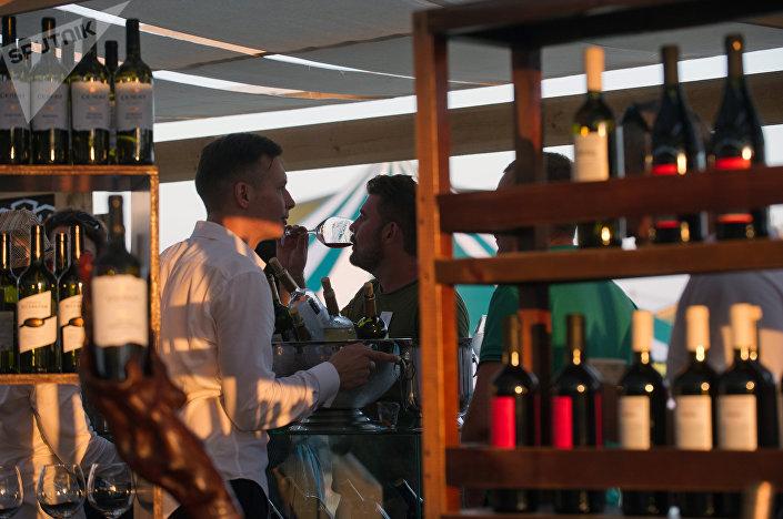 Посетители винно-гастрономического фестиваля In Vino Veritas в Коктебеле