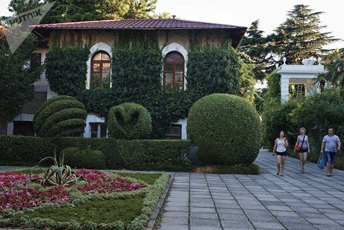 Отдыхающие в Никитском ботаническом саду в Крыму