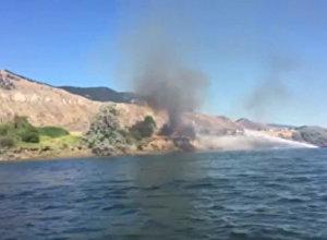Kanādietis ar ūdens motocikla palīdzību nodzēsis ugunsgrēku