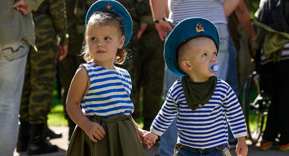 Дети в тельняшках на празднике Воздушно-десантных войск в Риге