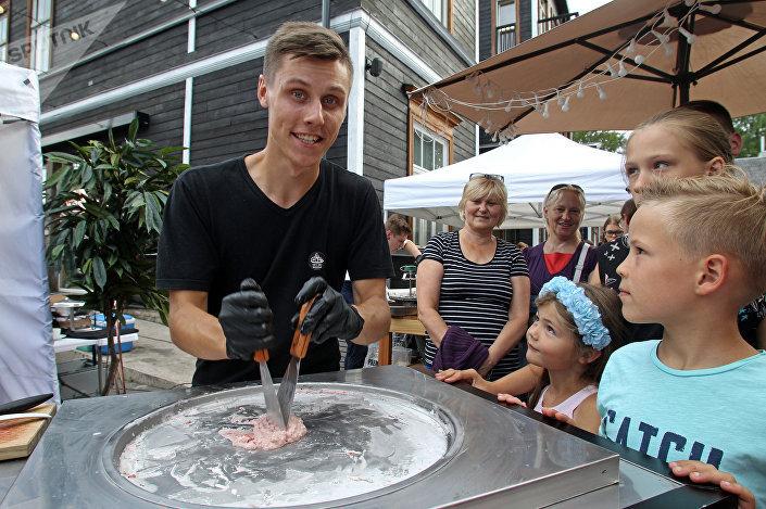 Процесс приготовления ролл-мороженого при помощи шпателей пользовался особым успехом у посетителей Калнциемского квартала
