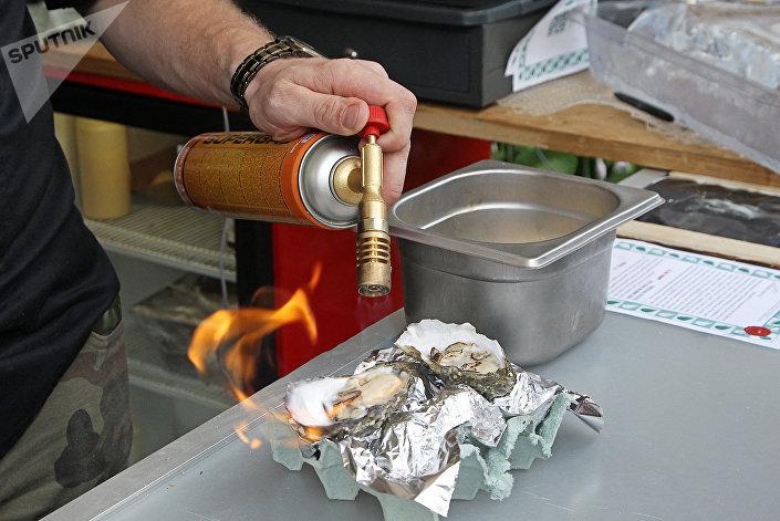 Изысканные устрицы от Fans of Oysters можно было отведать как в традиционном варианте, так и с множеством добавок в опаленном (фламбированном) варианте
