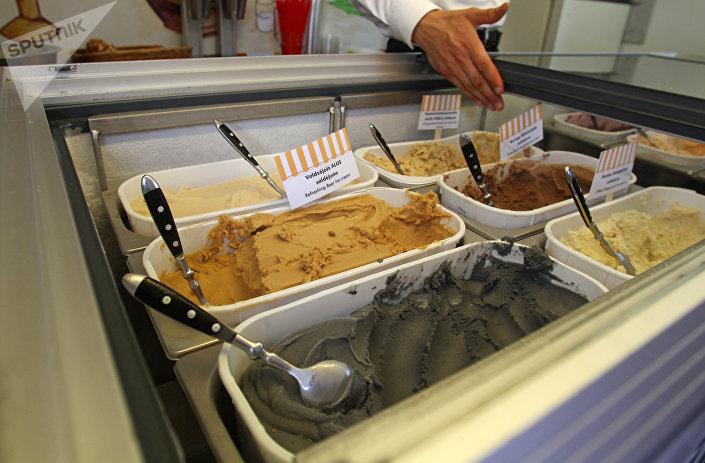 Черное мороженое из угля от Skriveru mājas saldējums не только вкусное, но и полезное для пищеварения!