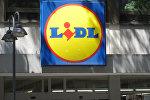 Логотип немецкой торговой сети Lidl на фасаде магазина