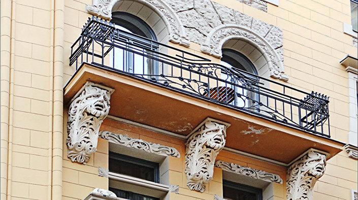Декор балкона в стиле art nouveau на улице Яуниела (Jauneila) в Риге