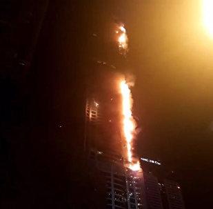 Dubaijas lāpa: AĀE ugunsgrēka rezultātā cietis debesskrāpis