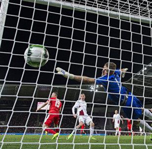 Латвийский вратарь Андрис Ванинс пропускает гол