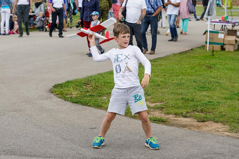 Zēns palaiž lidmašīnas modeli