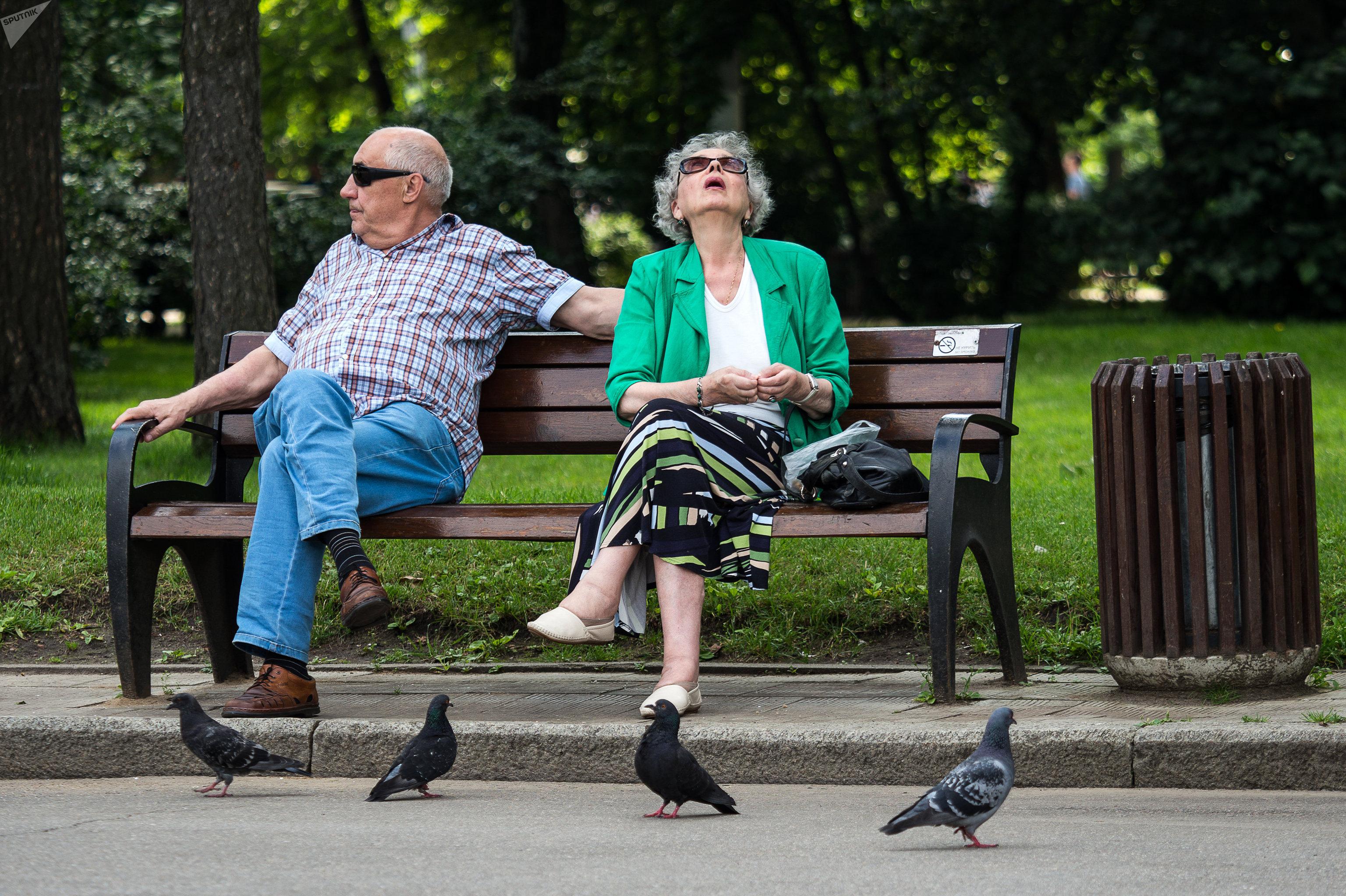 Отдыхающие в парке Сокольники
